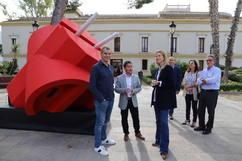 Cargos de Ciudadanos con el enchufe frente al ayuntamiento de Moncada. EPDA