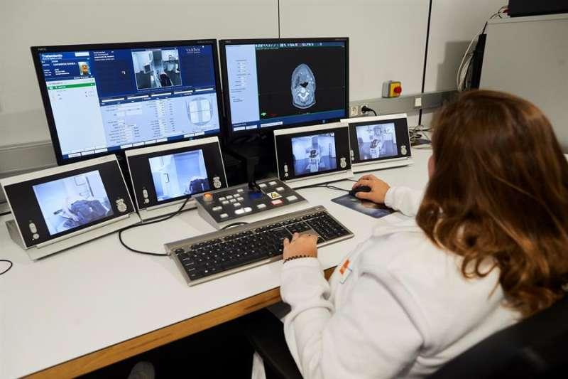 Una doctora hace un seguimiento en el Acelerador Lineal a un paciente con cáncer de pulmón. EFE