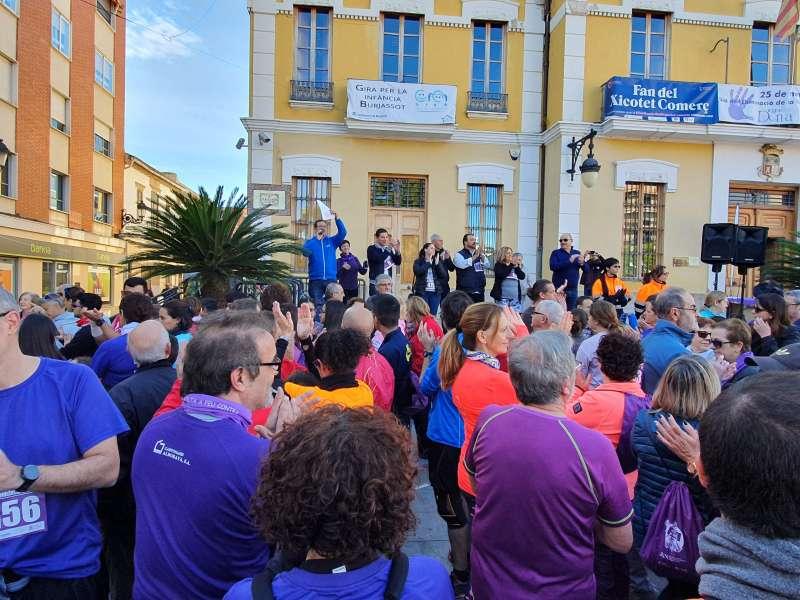 Ciudadanos de Burjassot participando en la volta. -EPDA