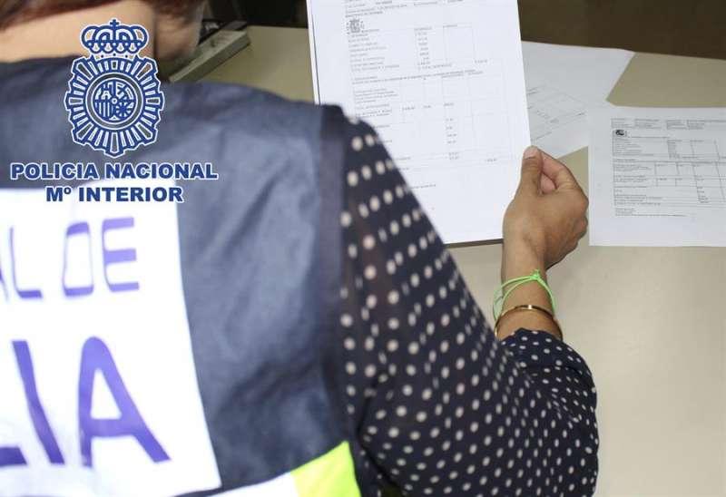 Fotografía difundida por la Policía Nacional de una operación policial contra la estafa.