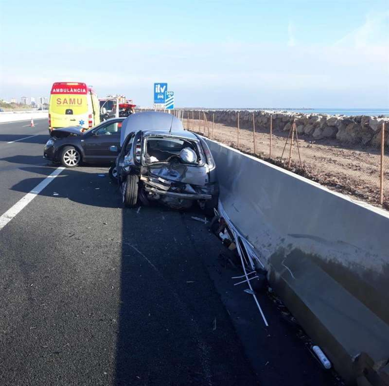 Imagen del alcance entre dos vehículos en la V-21 esta mañana. EFE/Consorcio Bomberos Valencia