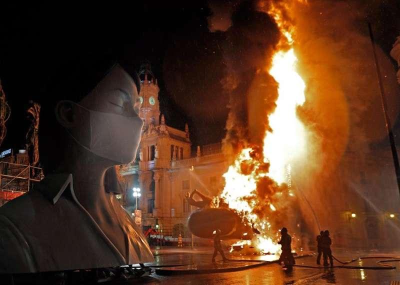 Las llamas devoran el cuerpo central de la falla municipal de València del año pasado. EFE/ Juan Carlos Cárdenas/Archivo.