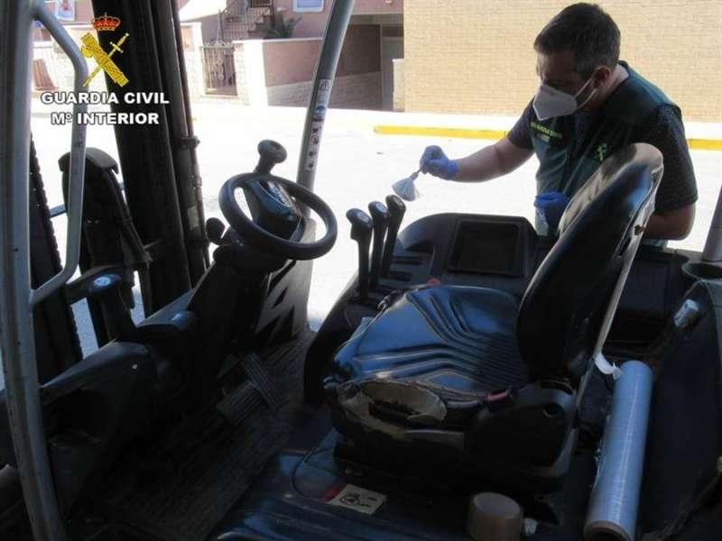 La carretilla elevadora recuperada por la Guardia Civil tras varios robos en una empresa hortofrutícola de Cox. EFE/Guardia Civil