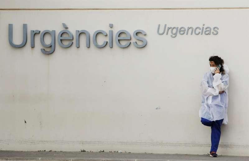 Personal sanitario aguarda ante la zona de urgencias del Hospital La Fe. Archivo/EFE/Biel Aliño