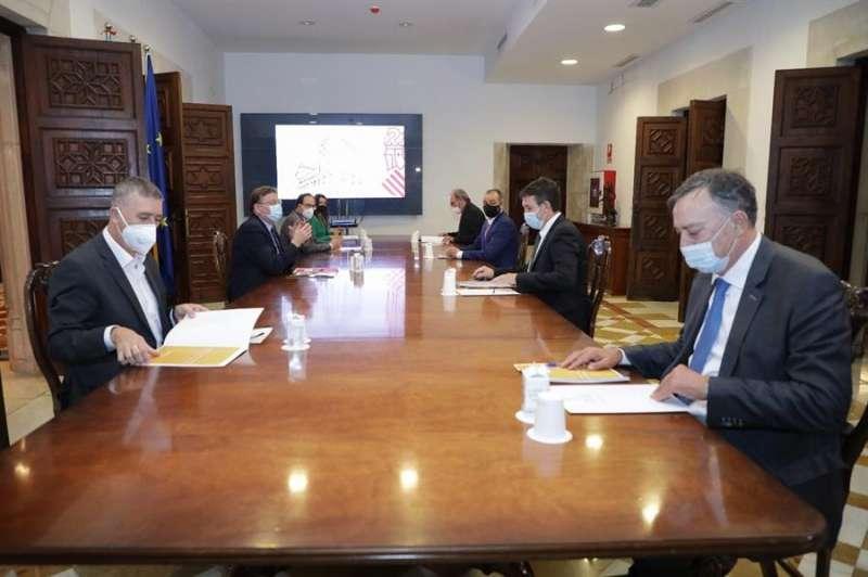 Imagen de la Generalitat de la reunión de este martes con la CEV para conocer el informe de la patronal. EFE