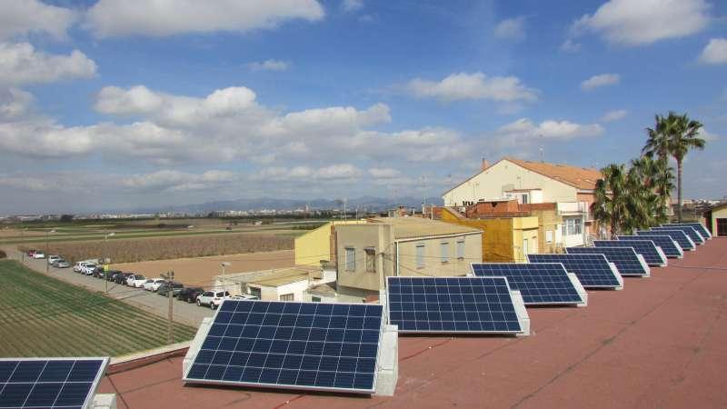 Plaques solars a la teulada del col·legi. EPDA