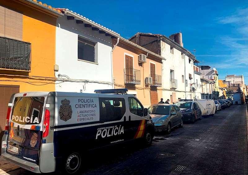 Imagen de archivo del dispositivo policial montado en junio cuando fue hallado el cadáver apuñalado de una mujer en Xàtiva. EFE