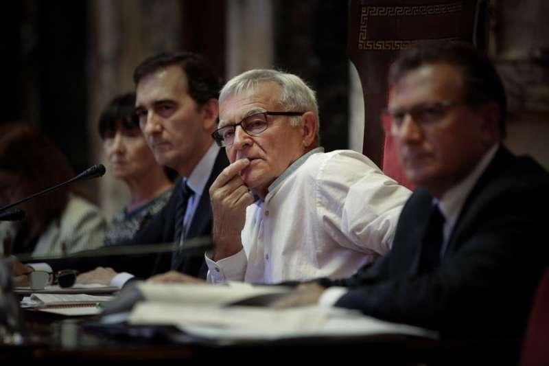 El alcalde de València, Joan Ribó (c), durante un pleno del ayuntamiento. EFE/Biel Aliño