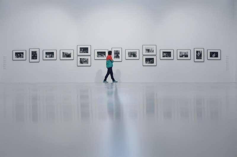 Una persona recorre la exposición de fotografía