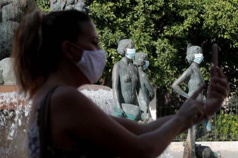 El Ayuntamiento de València ha colocado mascarillas a las estatuas de la ciudad para sensibilizar a la ciudadanía del uso de esta protección. EFE