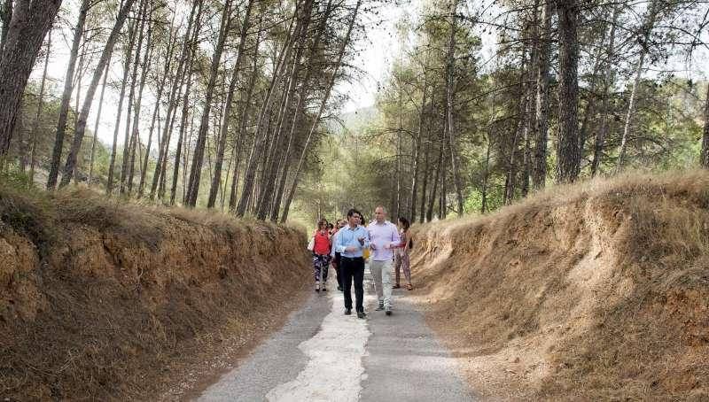 Jorge Rodríguez recorre junto al alcalde uno de los caminos de Enguera