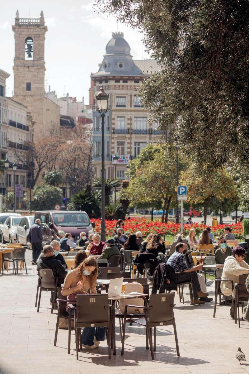 Vista general de una terraza prácticamente completa en el centro de València.