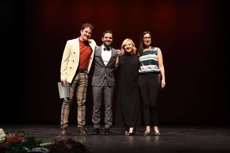 El Alcalde junto a Carmen Machi y los ganadores de la edición pasada.