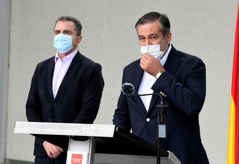 El consejero de Justicia, Interior y Víctimas, Enrique López (d), acompañado por el delegado del Gobierno en Madrid, José Manuel Franco (i). FOTO VÍCTOR LERENA